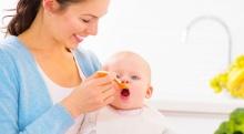 อาหารลูกน้อยควรเริ่มต้นด้วยอะไร แต่ละช่วงวัยให้ทานอะไรดีนะ?