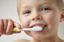 ไขข้อข้องใจ ยาสีฟันผสมฟลูออไรด์ให้ลูกเริ่มใช้ได้เมื่อไร