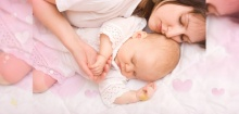 ผลวิจัยชี้ให้ทารกนอนเตียงเดียวกับพ่อแม่ เสี่ยงเสียชีวิตมากขึ้น 5 เท่า!