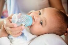 อันตราย!!! จากการให้ทารกกินน้ำหรือกินนมแม่ผสมน้ำ
