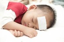 เมื่อลูกมีไข้สูง: สิ่งที่ห้ามทำและวิธีลดไข้ที่ถูกต้อง