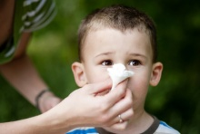 """เช็คด่วน! อาการน้ำมูกไหลเรื้อรังของลูกอาจเกิดจาก """"ขนม"""""""